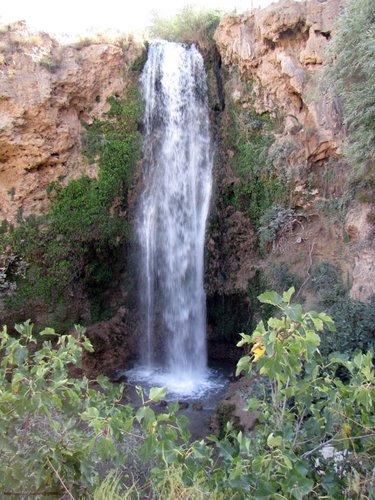 آبشار آبگرم کلات در 75 کیلومتری شمال شرق مشهد و سد زاوین در این منطقه 1